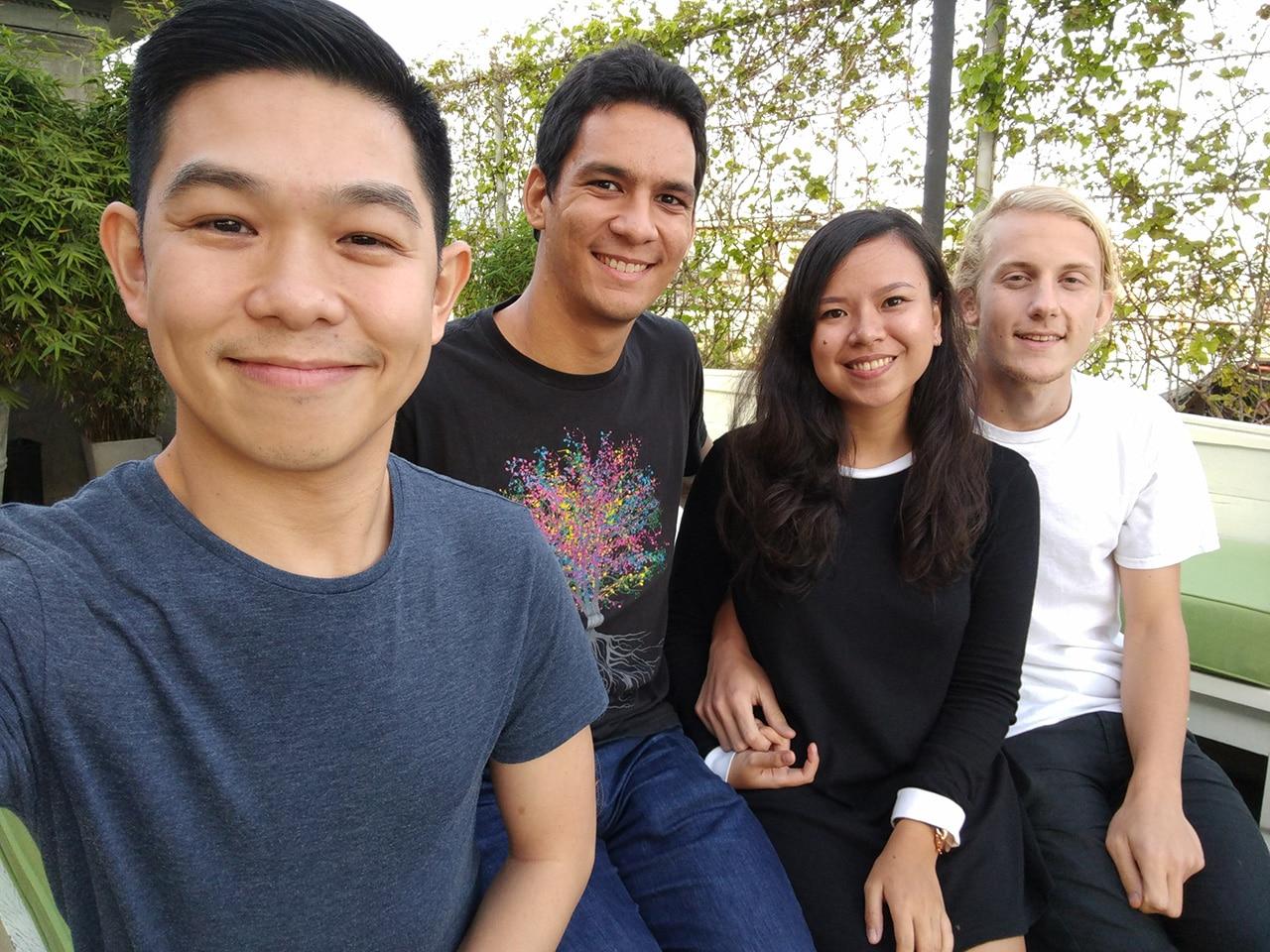 2016-gadgetmatch-photo-comparison-group-selfie-google-pixel