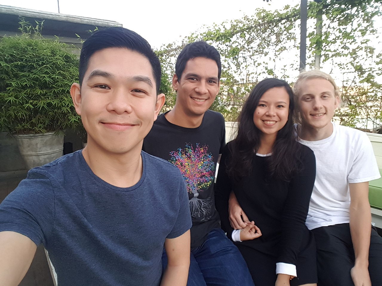 2016-gadgetmatch-photo-comparison-group-selfie-samsung-galaxy-s7-edge