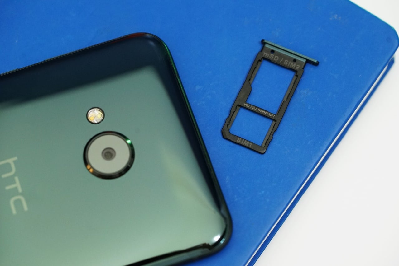 HTC-U-Play-Card-Slot