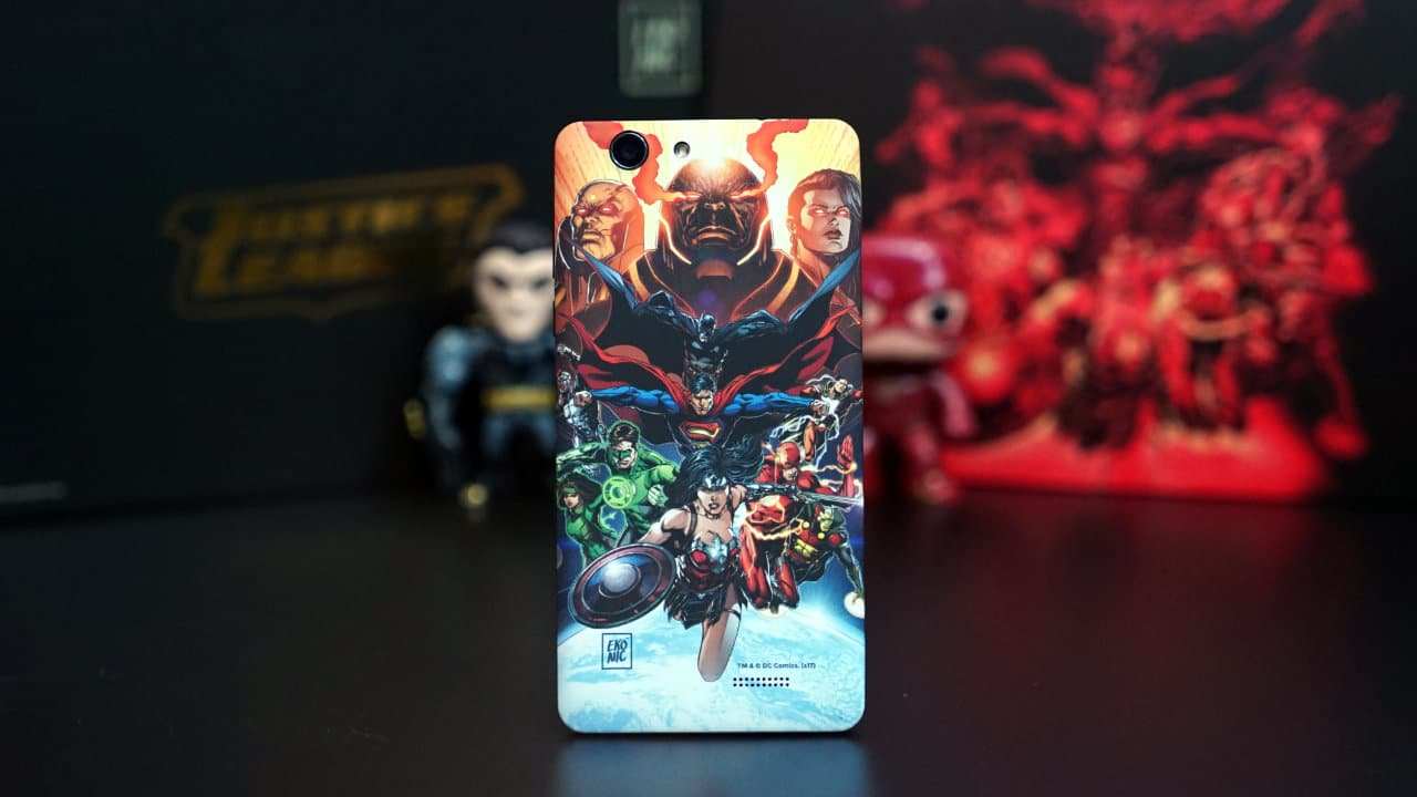 back-standing-justice-league-smartphone