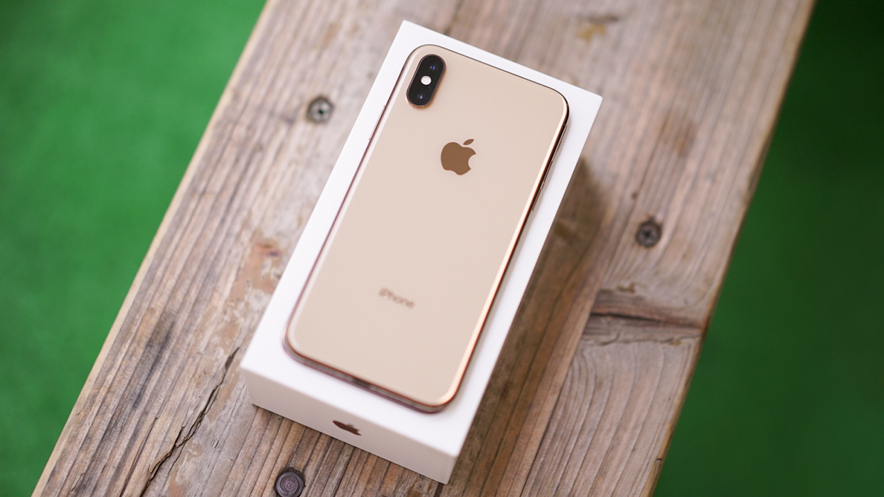 Apple iPhone XS unboxing: Beautiful gold color! - GadgetMatch